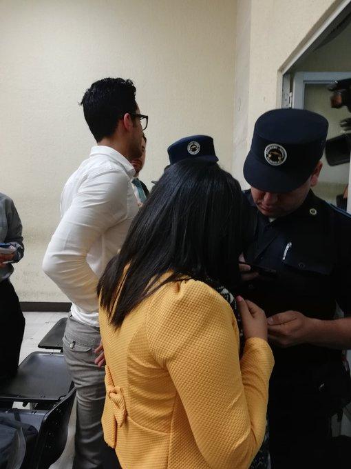 2 fans de La Trakalosa se colaron a la audiencia de primera declaración de Ricardo Mendoza Treviño. Compartieron en redes historias de la diligencia. Al terminar se descubrió que son oficiales de un juzgado de Tribunales. @soy_502 Foto