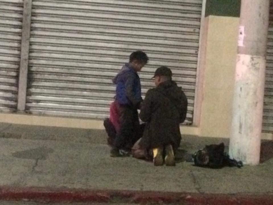 """#DenunciaCiudadana """"En la 14 avenida zona 3 de Xela, siendo las 9:15 PM, los niños entregan """"cuentas"""" a este tipo, de lo recaudado durante el día haciendo malabares. @PGNguatemala ."""