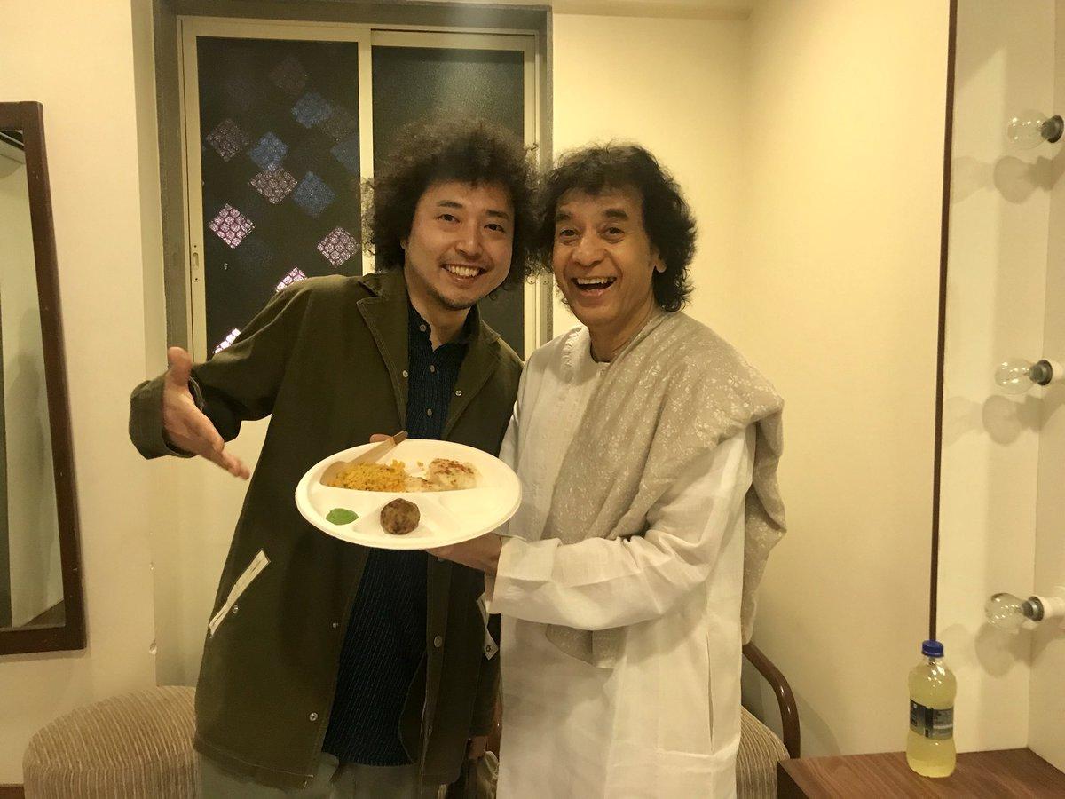 RT @u_zhaan: 右はタブラの神で、左はファンの人です。 https://t.co/PQ4ZTGNTnY