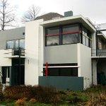 Casa Rietveld Schröder, diseñada por el arquitecto Gerrit Rietveld junto a su clienta Truus Schróder-Schráder, y construida en Utrecht en 1924 https://t.co/n094KekhIg .@urbipedia #arquitectura #architecture #DeStijl