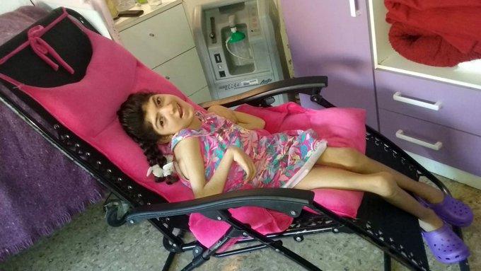 Tiene 12 años y parálisis cerebral: como no consiguen silla de ruedas, la arrastran en una reposera   Por Gisele Sousa Dias Foto