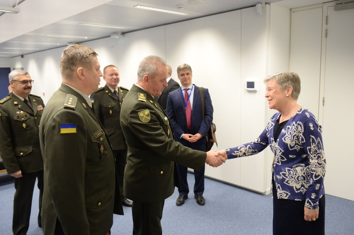 Serious discussion with Ukrainian CHOD Viktor Muzhenko @NATO HQ today. Allies fully support #Ukraine. It is essential that #Russia releases the Ukrainian sailors and ships it seized. We continue to work w/ Ukraine to strengthen security & sustain progress on defence reforms.