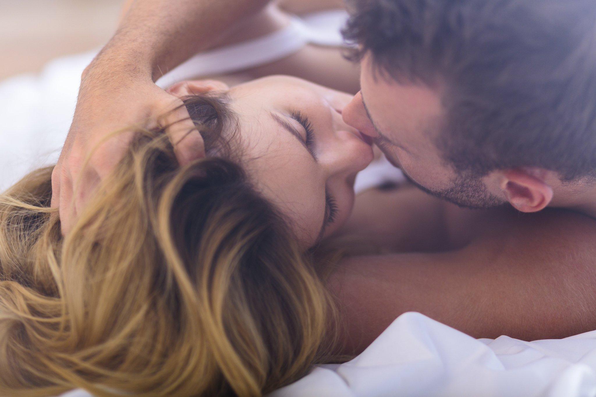 потом они фото девушка целует девушку в постель видео баба волосатой