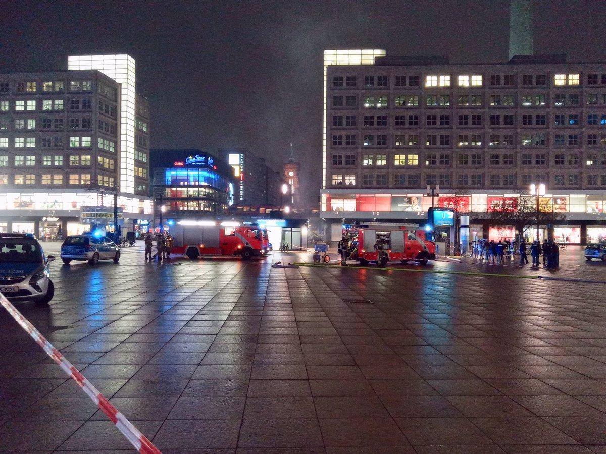 Berlin-Mitte: Brand in einem Schuhladen Alexanderplatz