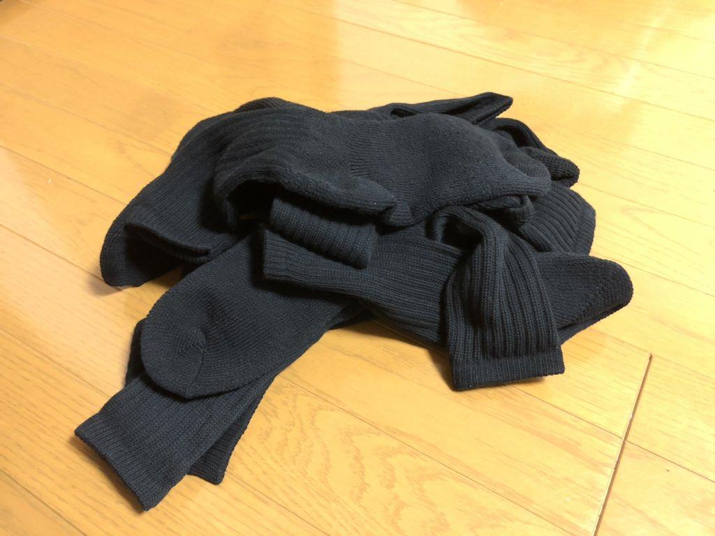 「家事に割くリソースを少しでも削って少ないメモリを他に使いたい」系のADHDだから、 仕事用に使ってる黒とかダークグレー系の靴下を思い切って全部捨ててセールで全く同じ靴下を10足買うことで「靴下のペア」という概念を潰し、 「山から適当に2つとるだけ」にしたらすごく快適になった。