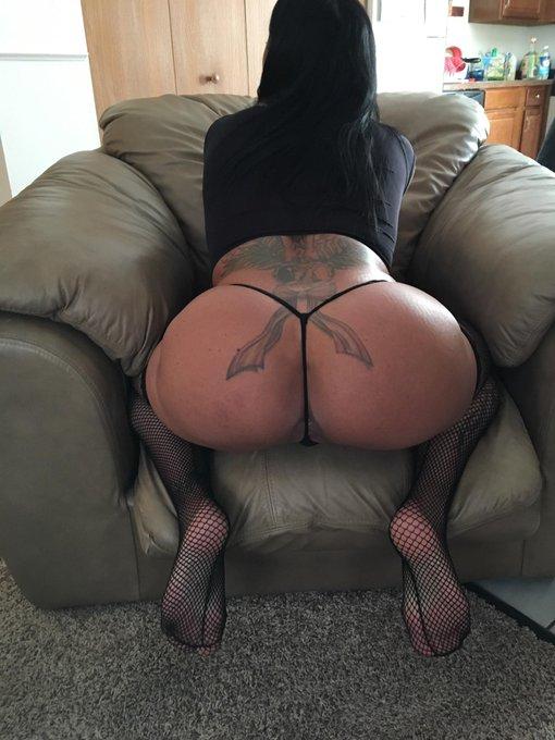 1 pic. #ThongThursday #MILF #SheSquats #ButtSlut #ButtFloss #booty https://t.co/5sBQUyX22p