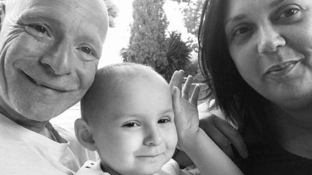 Isla starts another cycle of antibody & chemotherapy today in Barcelona, (Isla in photo with Mummy & Daddy) please RT for awareness Love @islasfight #Teamisla 🙏🙏🙏