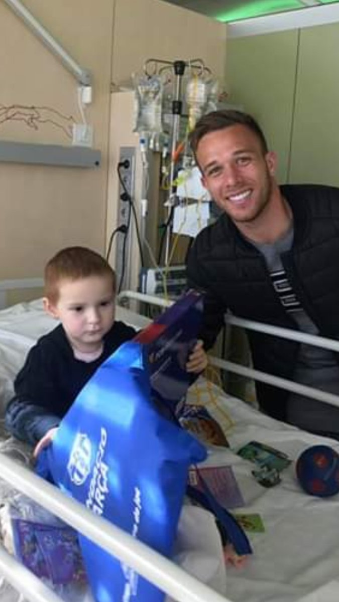 Thank you @arthurhromelo from @FCBarcelona & all the wonderful people who came to visit Isla today in hospital while she was having her Antibody & Chemotherapy treatment earlier, 🙏❤️⚽ love @islasfight #Teamisla ❤️🙏⚽