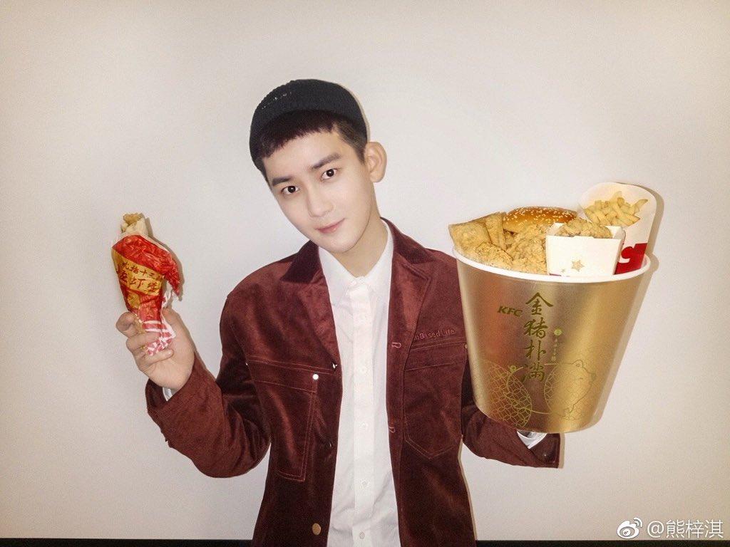 [190101] SpeXial-Dylan Weibo Update  // วันแรกของปี ผู้พันแซนเดอส์ ก็ส่ง KFC ถังทองมาให้ดีแลนกินกันเลยทีเดียว 😂😂🍗🍗🍗  #SpeXial #Dylan #DylanXiong #ดีแลน #熊梓淇 #XiongZiQi #สงจื่อฉี #จื่อฉี #SpeXialThailand #1CM领誉 https://t.co/QoA1WFQtH9