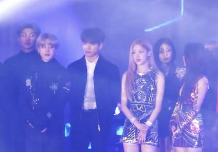 RM BTS dan Jisoo Blackpink saling bertatapan