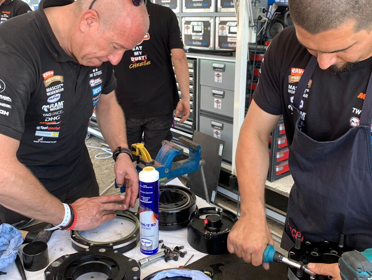 Final preparations and lubrication of the Coronel #Beast347 for the #Dakar2019. #Eurol #Specialty #Lubricants<br>http://pic.twitter.com/bQhcCXdum6