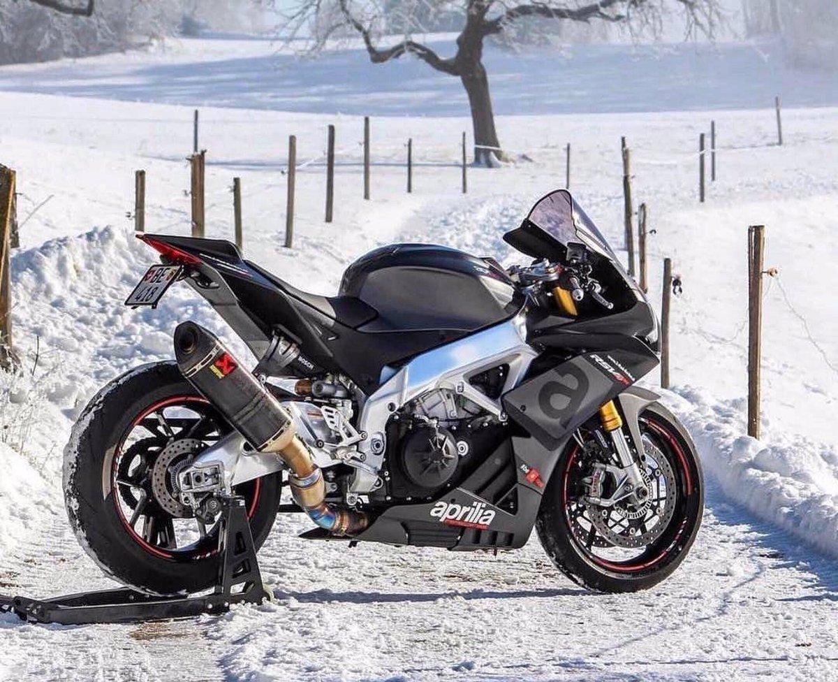 Winter wonderland ❄️ 📷: @CorsaMeccanica   #aprilia | #rsv4rr | #superbike https://t.co/YXCNwrQX3I