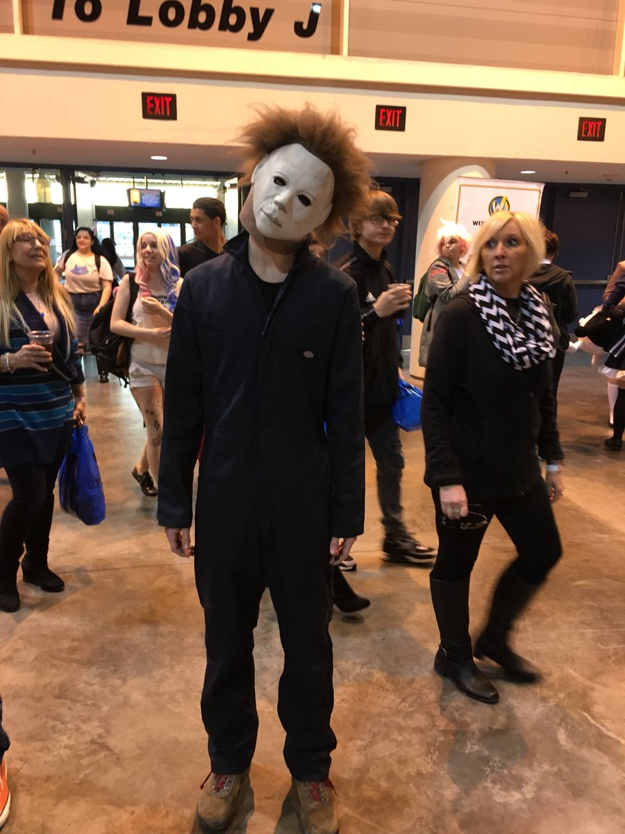 We're at @WizardWorld #comiccon in New Orleans and who's the first person we spot? Michael Myers😱 #thread