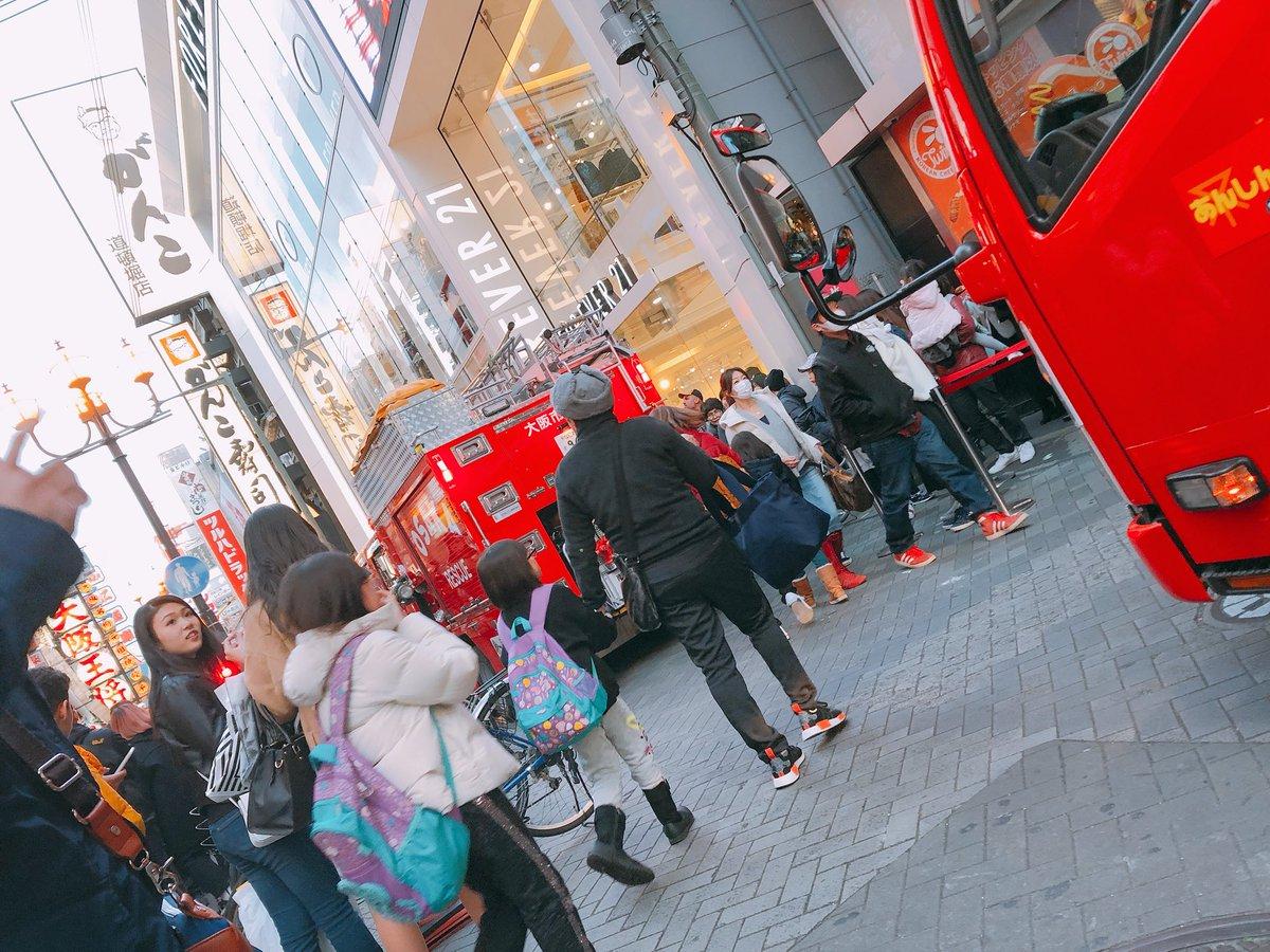 道頓堀でボヤ騒ぎがあり消防車が集結している現場画像