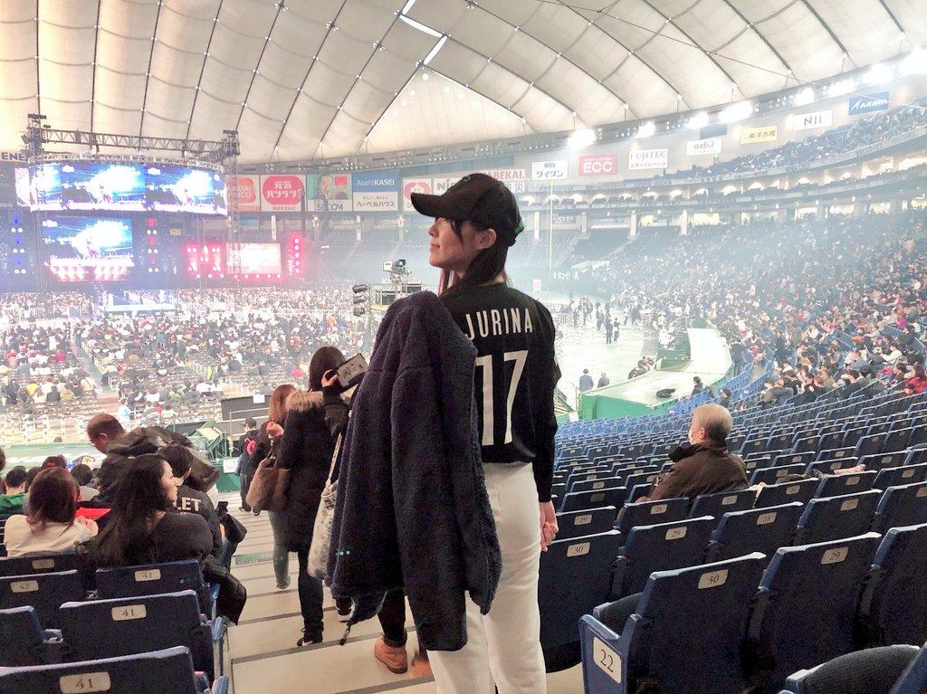 松井珠理奈さん、『JURINA』と後ろに書かれたユニフォームを着てプロレス観戦に行く