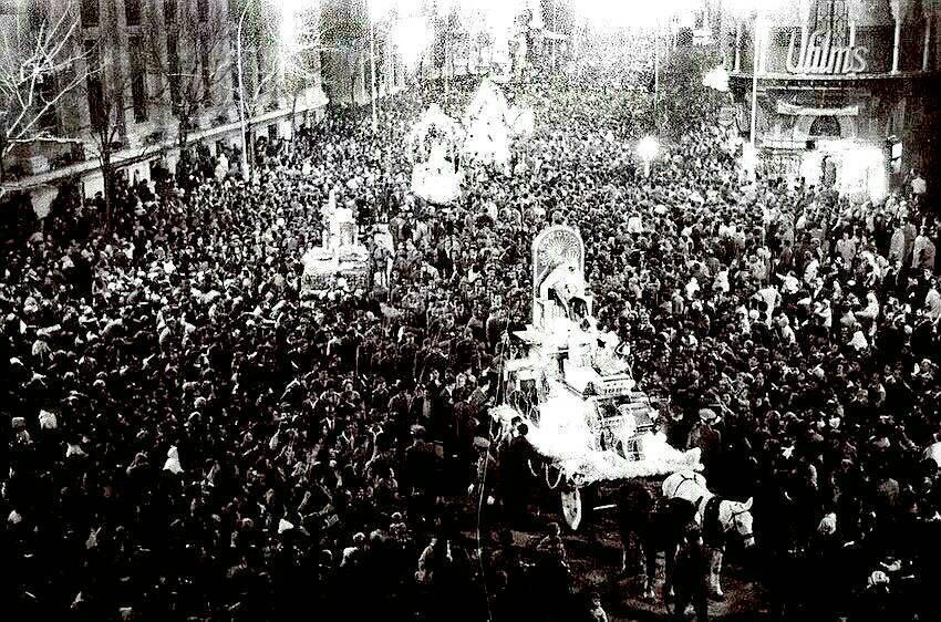 RT @Memoria_Sevilla: Los Reyes Magos por la Avenida de la Constitución. 👑👑 Año 1962. Vía @AllivesSevilla https://t.co/XqfFMW3IKC