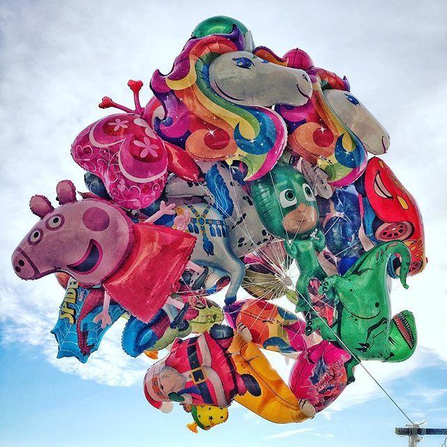 #meandmyfriends #takingaride #balloons #balloonfetish #napolilungomare #flying #toflyaway #cutthecord http://bit.ly/2GZLUxl