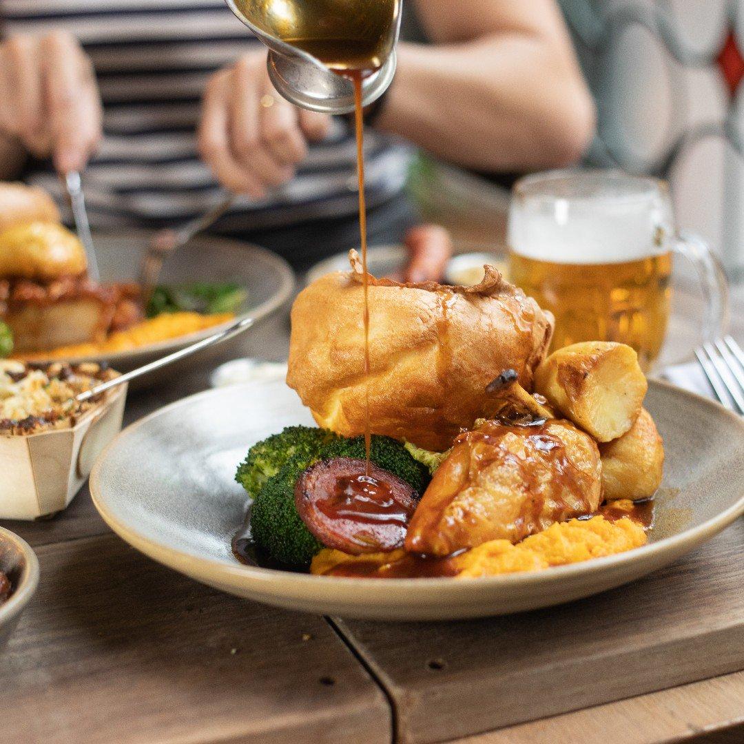 C O O K  H A U S  R O A S T Roast Cheshire chicken, chicken breast, bacon, stuffing #sundayservice #mcreats #manchester #albertsschloss