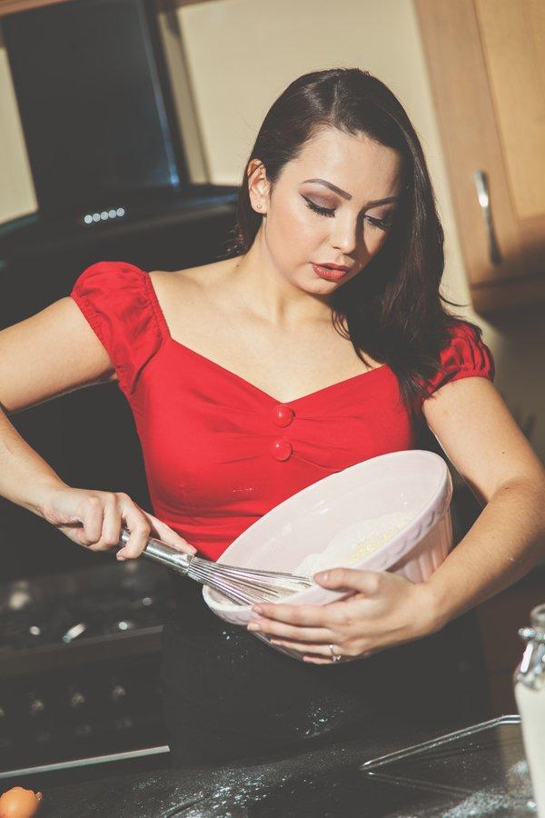 Who doesn't love cake?  #ukmodel #lifestyle #baking #cake #brunette #domesticgoddess https://t.co/l8RWZYReKt