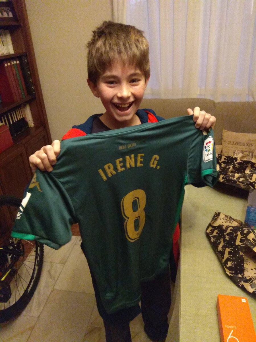 El pequeño bético con su camiseta de Irene Guerrero.