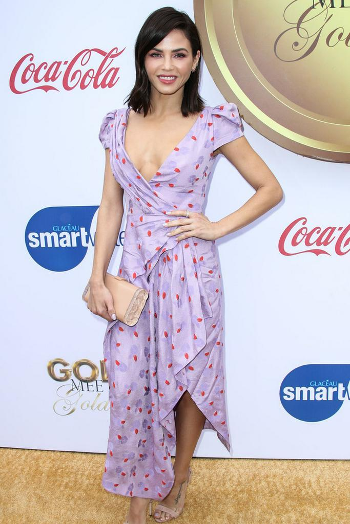 Am Wochenende brachte Jenna Dewan den Frühling auf den roten Teppich und strahlte in einem süßen, lila Punktekleid. https://www.gala.de/beauty-fashion/fashion/jenna-dewan--look-des-tages-21981064.html?utm_campaign=alle-news&utm_medium=referral&utm_source=t.co …pic.twitter.com/vb1ob9nitk