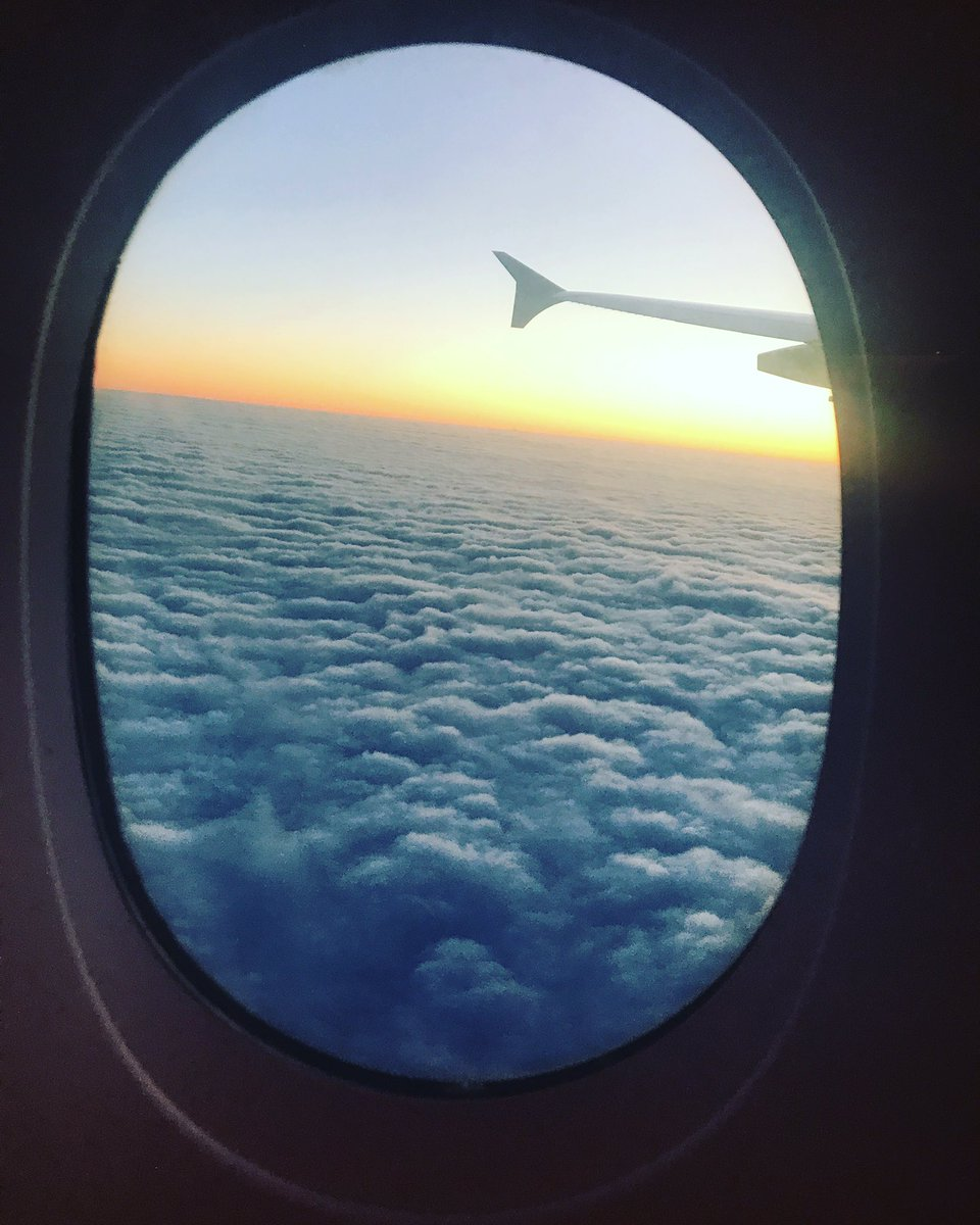 Le soleil vient de se lever ... Sea of clouds 😍 #mer #nuage #plane #emiratesairline #paris