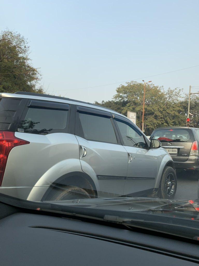 गाड़ी में गहरे काले शीशे।पीछे लिखा है मिस्टर बसोया।JLN स्टेडीयम की ट्रैफ़िक लाइट पर।@DelhiPolice @dtptraffic को खुली चुनौती :तुम जानते नहीं मैं कौन हूँ। दिल्ली पुलिस या तो इस पर कार्यवाही करे या सब गाड़ियों में काले शीशे allow करे।फिर कहते हैं दिल्ली में अपराध रुक नहीं रहा।