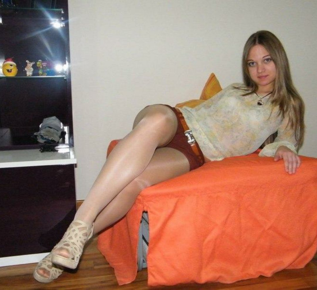 Mature pantyhose and heels