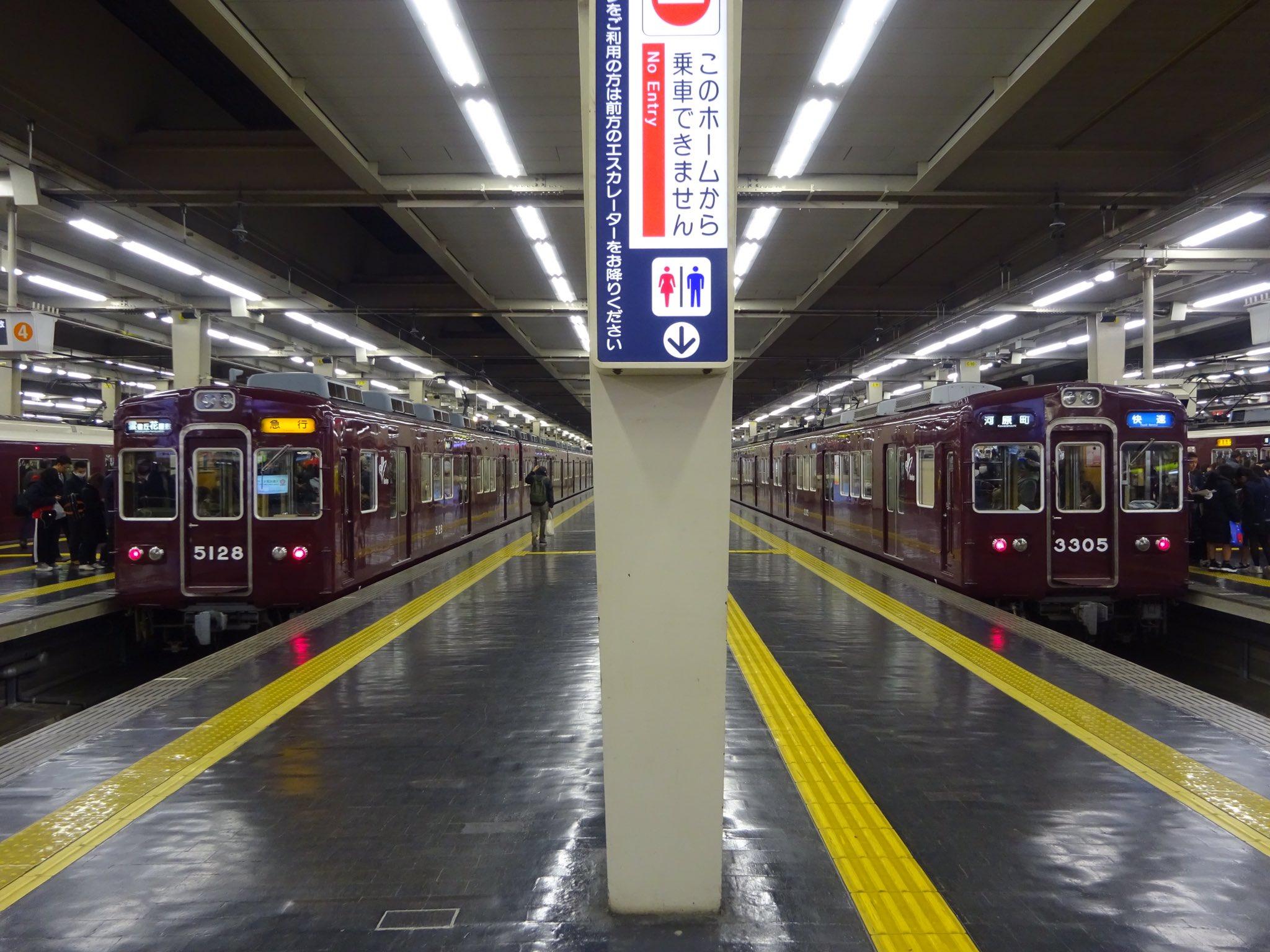 画像,阪急京都線、淡路駅ポイント故障の影響で運転見合せのため、3300系快速河原町行きと、5100系急行雲雀丘花屋敷行きが並びました。 https://t.co/hf…