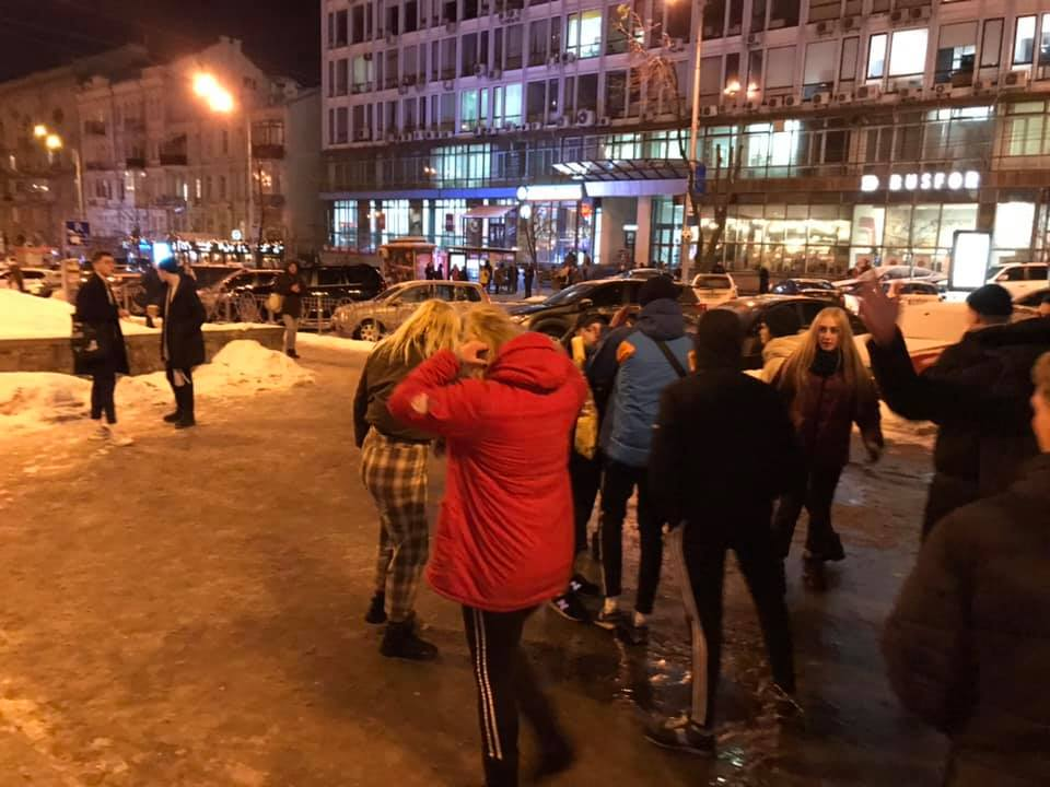 Били даже девочки: в Киеве толпа подростков ногами забивали мужчину  ВИДЕО: https://t.co/PI4Ntmfupx https://t.co/OKKKQk8Hxn