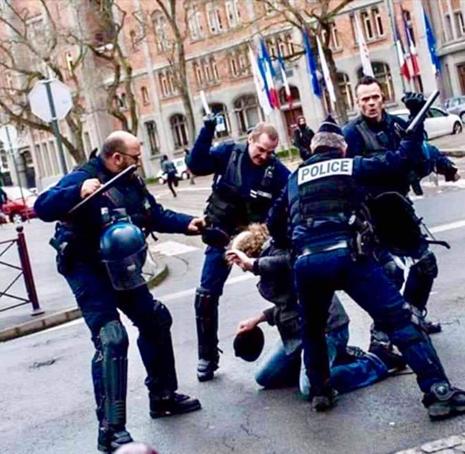 #YellowVests  #Macron&#39;s policy summarized in one photo. #GiletsJaunes #ActeX #Ric #MacronMustGo OUT<br>http://pic.twitter.com/znZooHXdEZ