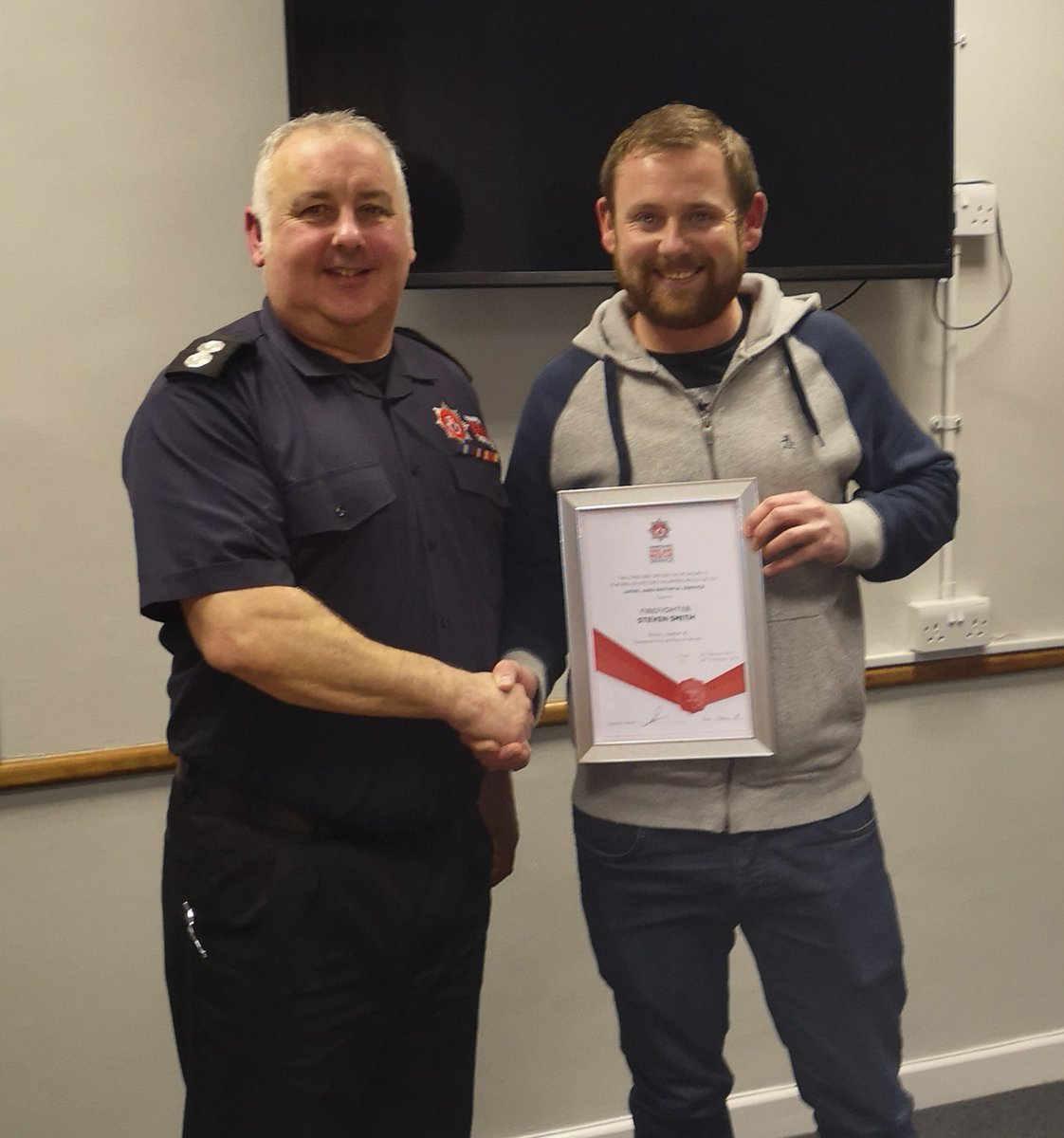 Busy drill night at Droxford this evening with GM Operational Assurance Assessments  - great teamwork from 41 crew as always. And then a sad goodbye to FF @Stevesmith_10 who has moved away so can no longer ride with #TeamDroxford. We&#39;ll miss you Steve, good luck !<br>http://pic.twitter.com/Kcr4fFfPid