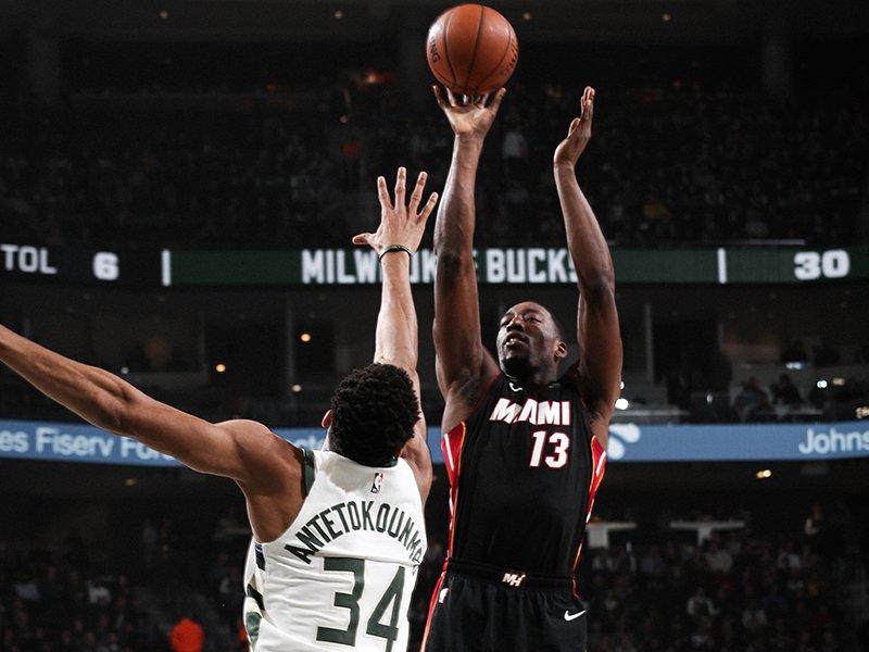 Antetokounmpo tapona un lanzamiento de Adebayo (Foto: Miami Heat).