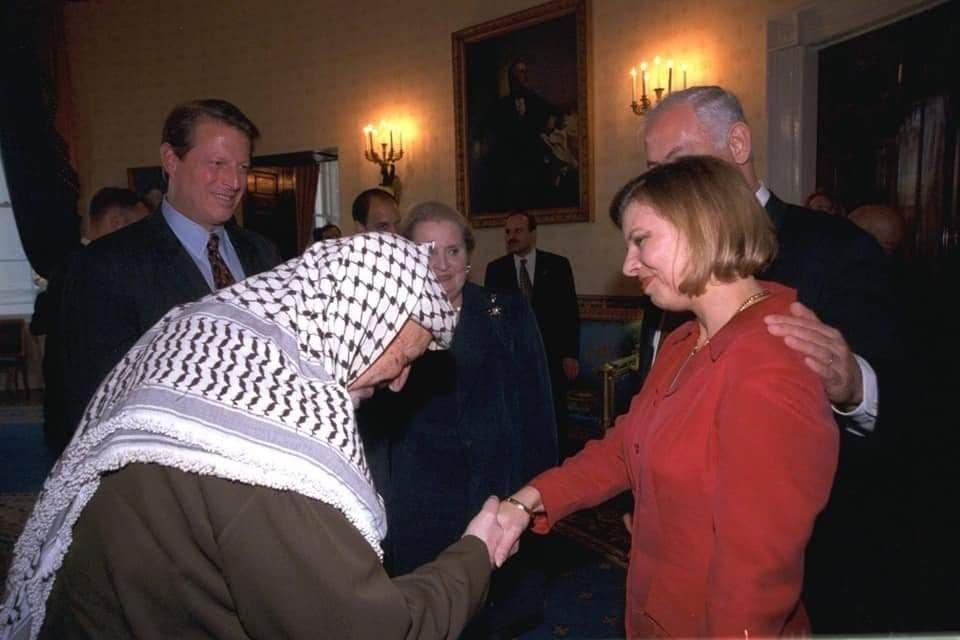 שרה נתניהו לוחצת יד לגדול המרצחים של העם היהודי מעולם Dwa5ALxXcAAAskk
