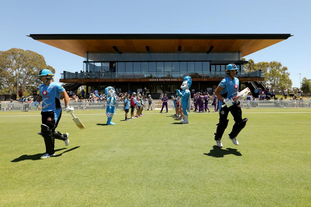 The @CityofAdelaide has some beautiful cricket grounds and yesterday, the first professional match took place at the redeveloped Karen Rolton Oval between @StrikersWBBL and @HurricanesWBBL!   In 2020, the venue will host five teams for the ICC Women's #T20WorldCup warm-ups.