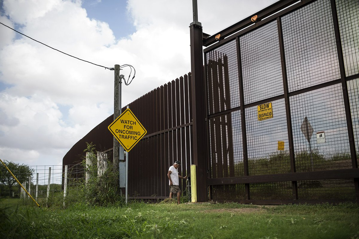 1/ President Trump is set to make his case for a border wall tonight.   The government would have to seize a lot of land to build a wall. That didn't end well for many Texans the last time that happened.   We investigated with @ProPublica in 2017: https://t.co/bs0yXwrjQq