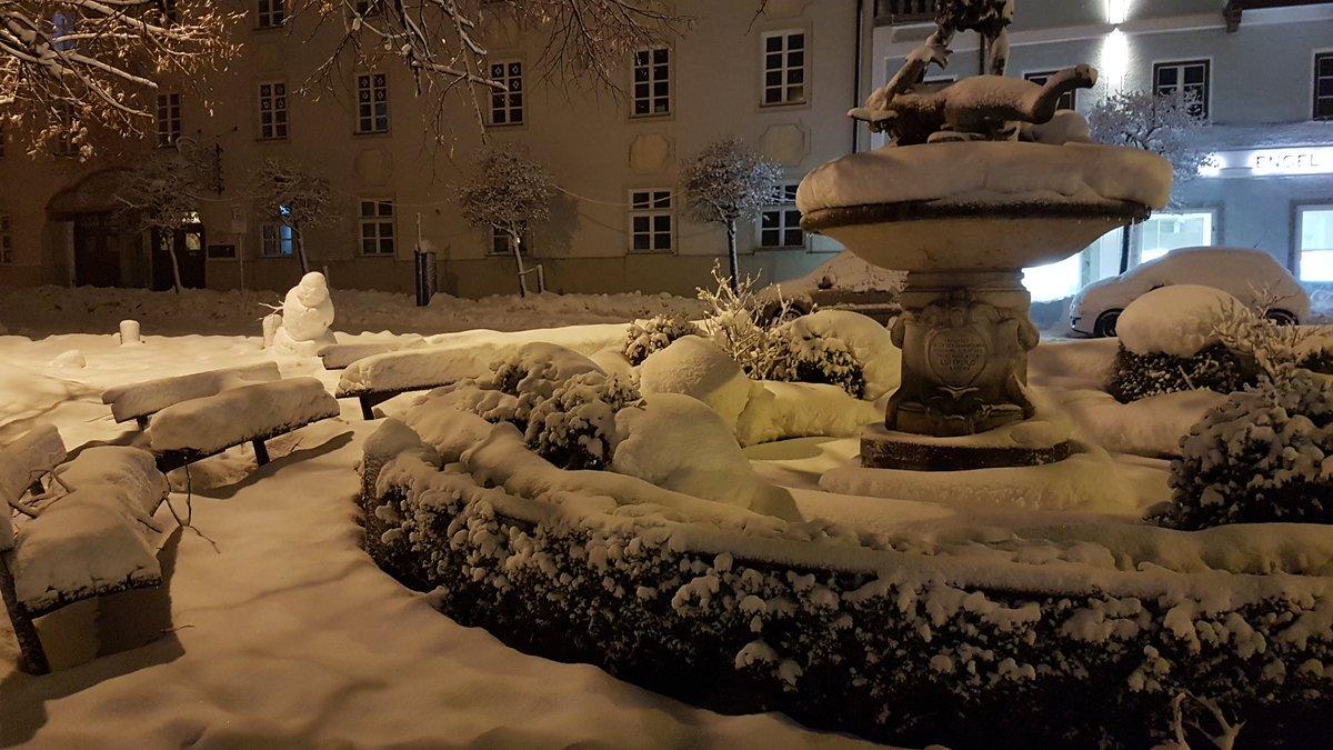 #Katastrophenalarm im oberbayerischen Kreis Miesbach: Früh am Morgen liegt eine dicke Schneedecke über der Gegend