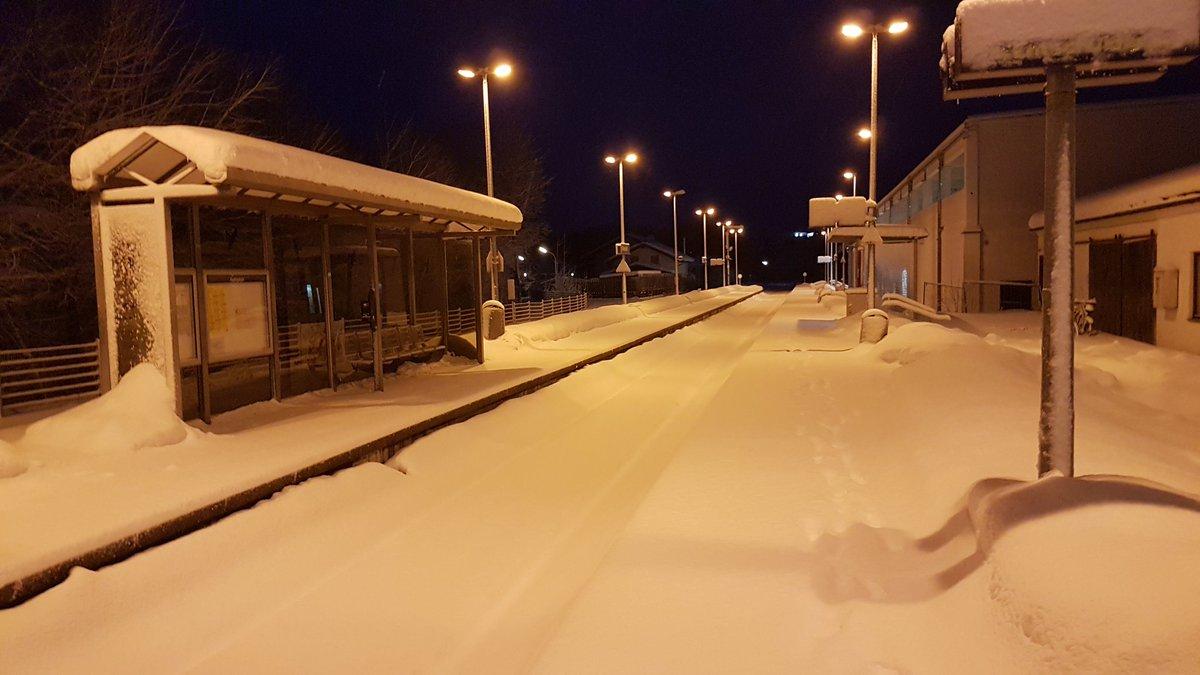 Hier bewegt sich nichts mehr – außer Schnee: Am Bahnhof in #Miesbach fahren keine Züge ab, Pendler müssen auf Busse umsteigen #Katastrophenalarm