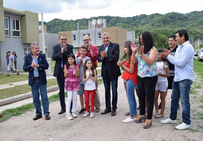 #SSdeJujuy | 70 FAMILIAS DE #ADEP RECIBIERON SU VIVIENDA Los afiliados al gremio se convirtieron en nuevos adjudicatarios de un programa anhelado hace más de una década. @munissdejujuy  #CumpliendoSueños #MásViviendasParaJujuy #HayGestión Más Información > http://ivuj.gob.ar/index.php/2016-05-16-11-40-48/374-entregaron-70-viviendas-de-adep…