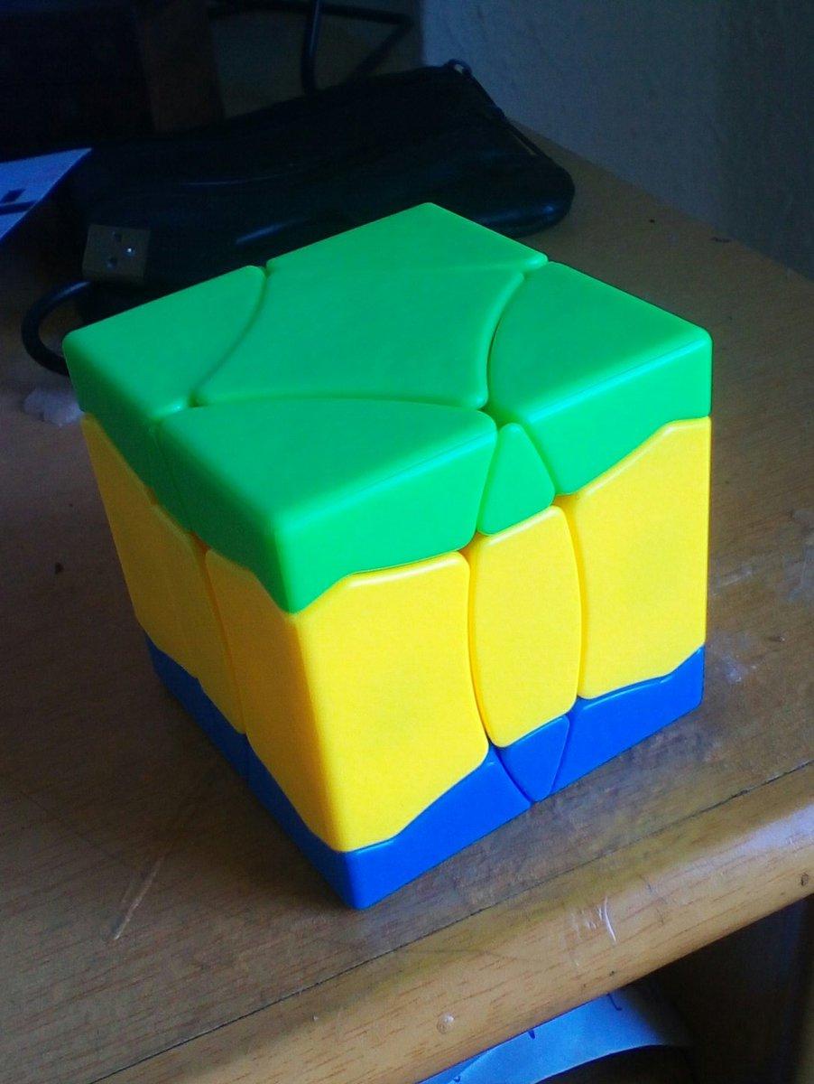 Primero dar mi reconocimiento a RCPongo, gracias a el lo tenemos una mod mas, segundo decir que este cubo tiene corte de esquinas a mas de 45°, y por ultimo me sorprende que tiene distintos colores ya que el mio no tiene color rojo y la capa central yo la he visto azul en otros.