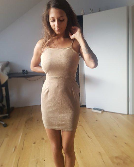 Oder lieber ein figurbetontes, engeres Kleid?  Mein Gott, hab ich Mukkis 😅 Also leg dich nicht mit mir