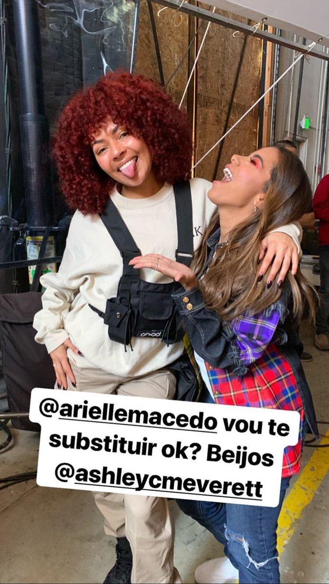 A coroa tá muito pesada... Anitta se encontra com principal bailarina de Beyoncé em Los Angeles