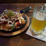 Image for the Tweet beginning: Nachos食ってきたけど1人じゃ無理。 こっちで飯食ってるとアメリカ人に太ってる人多いのがよくわかる・・・