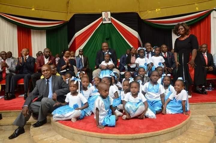 SonySugar Complex Nursery School at the Sagana State Lodge during the State Concert last year.With them is H.E. Uhuru Kenyatta.  #SonySugarTBT https://t.co/awv7K0pITy