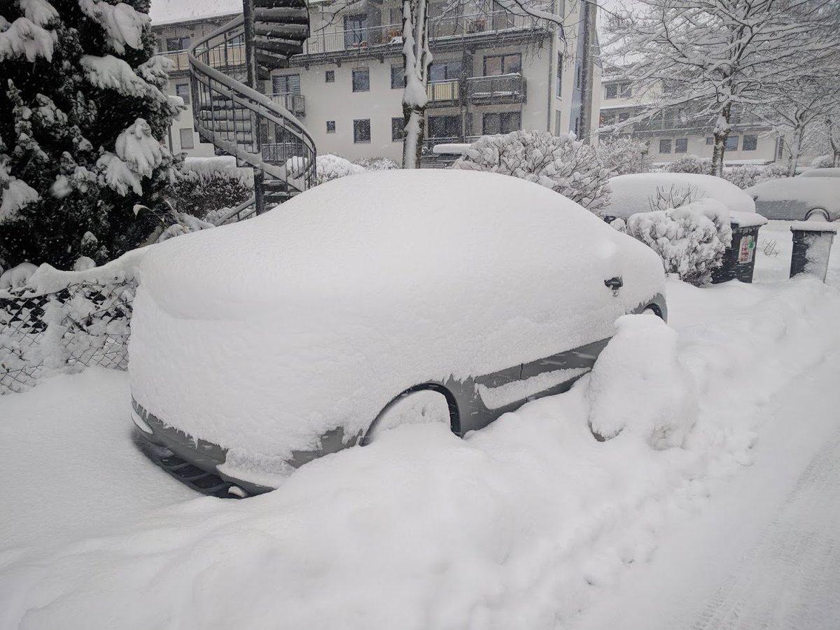 Gerade noch gejammert, dass kein Schnee in #Rosenheim ist. So sieht es nun bei uns vor dem Büro aus #snowfall https://t.co/FpNJ5E5O4g
