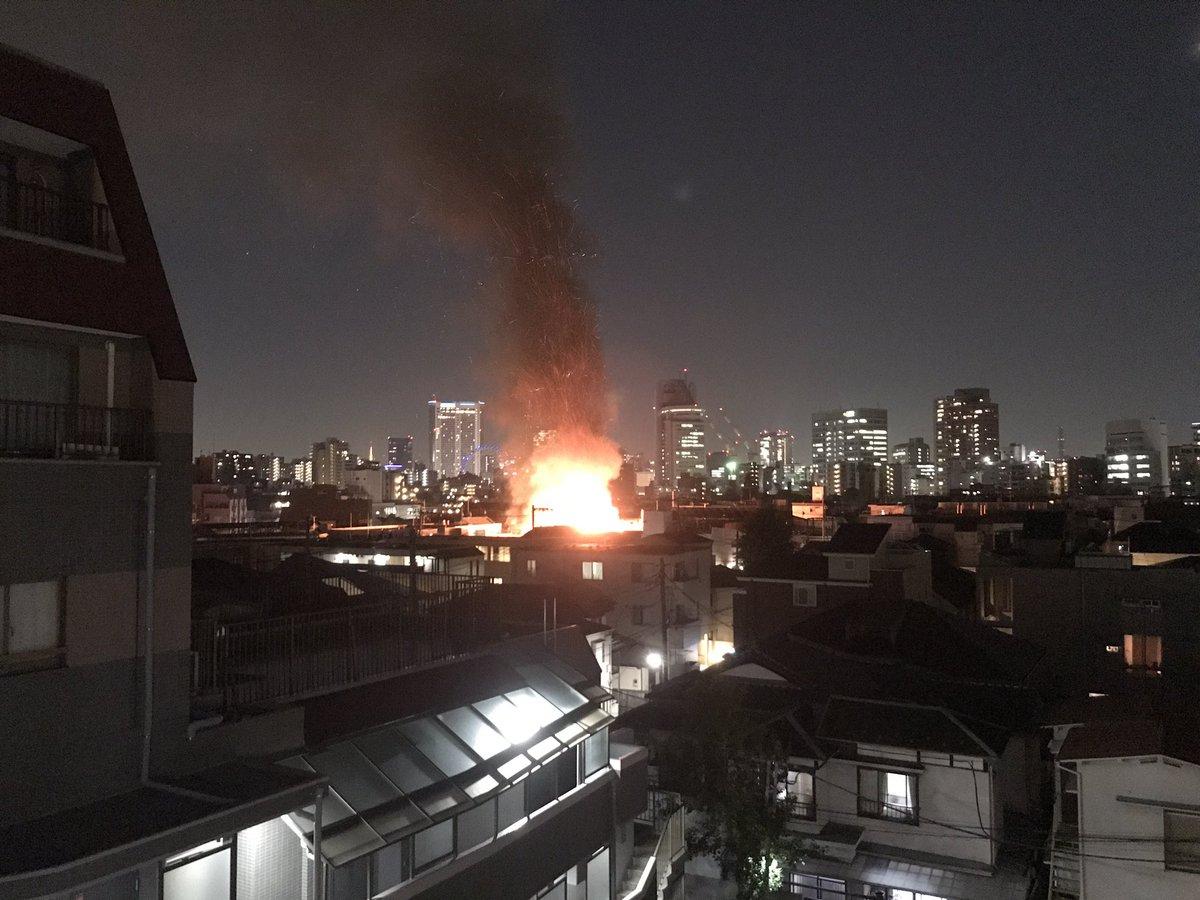 文京区西片の住宅が激しく燃える火事が起きている現場画像