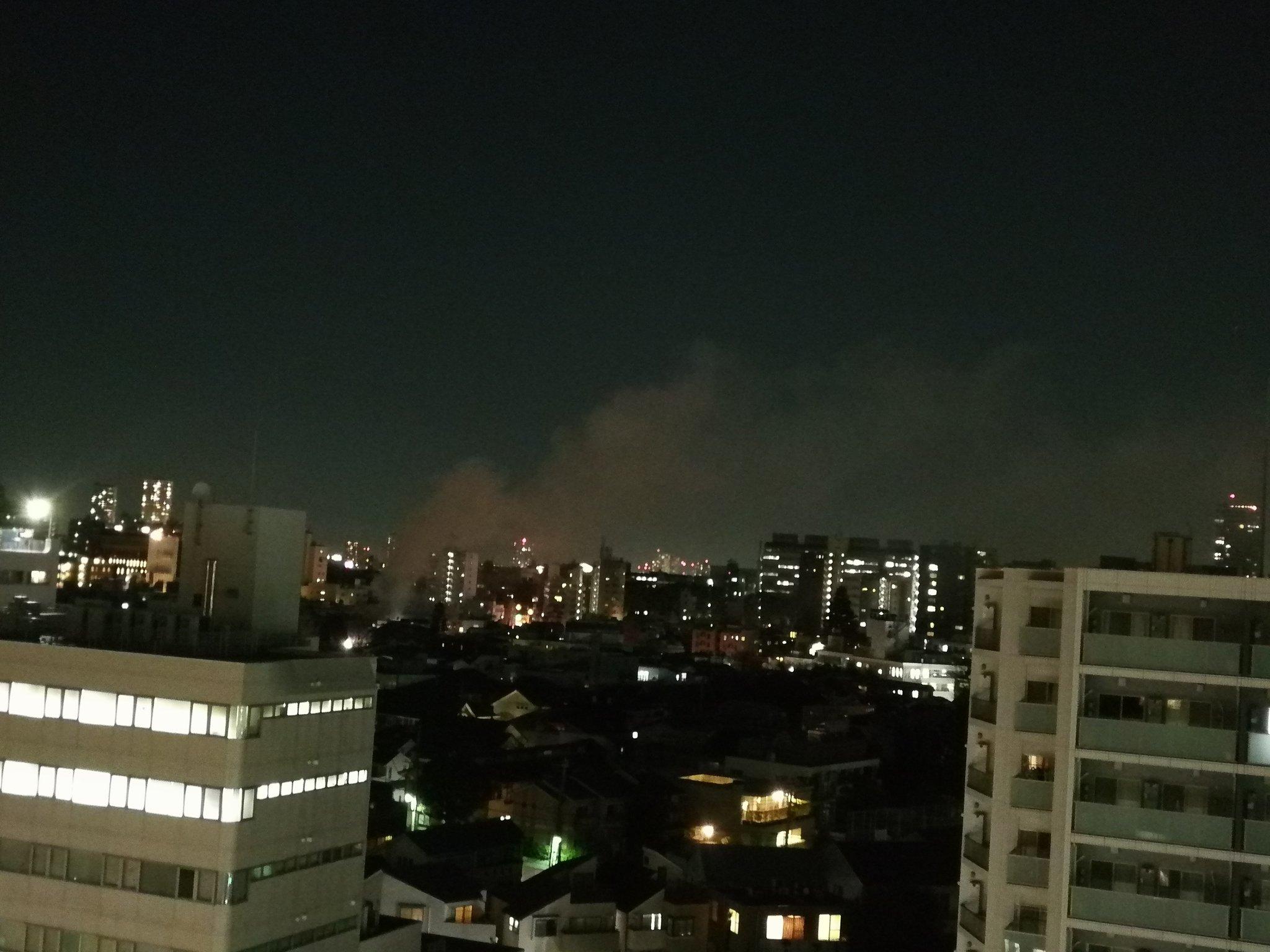 画像,うちの近くで火事のようです。上空にはヘリまで飛んで物々しい感じ。近くの道も封鎖されていました。 https://t.co/OonfSuELMn…