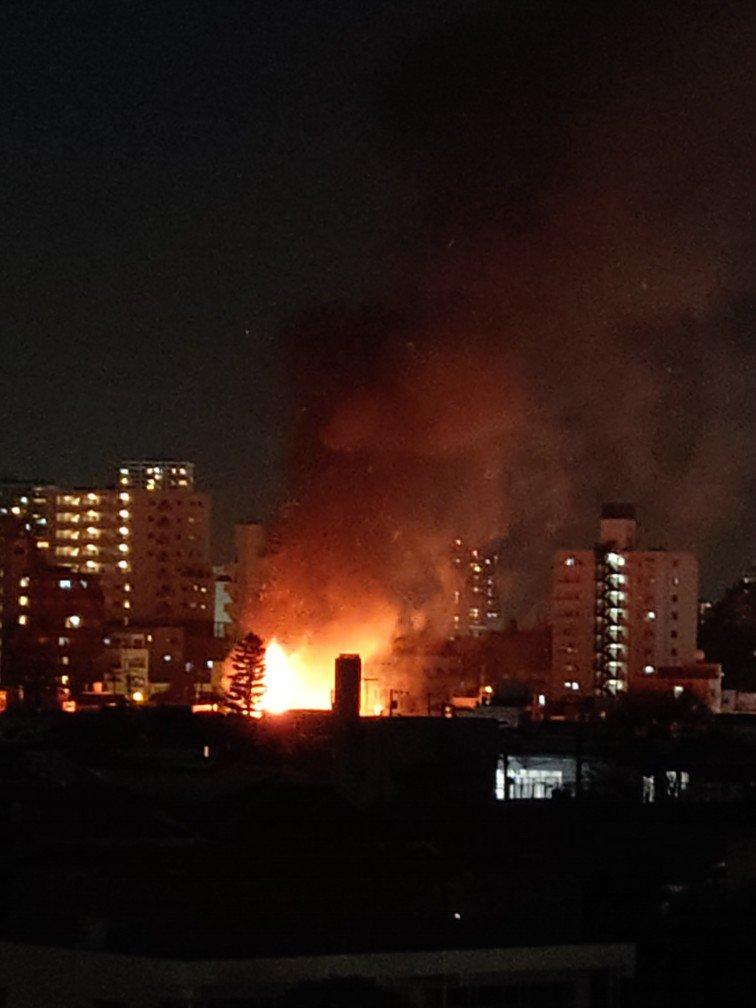 画像,消防車いっぱい通るなーと思ったら近所で結構大きな火事っぽい… https://t.co/Fn2HVywZvS。