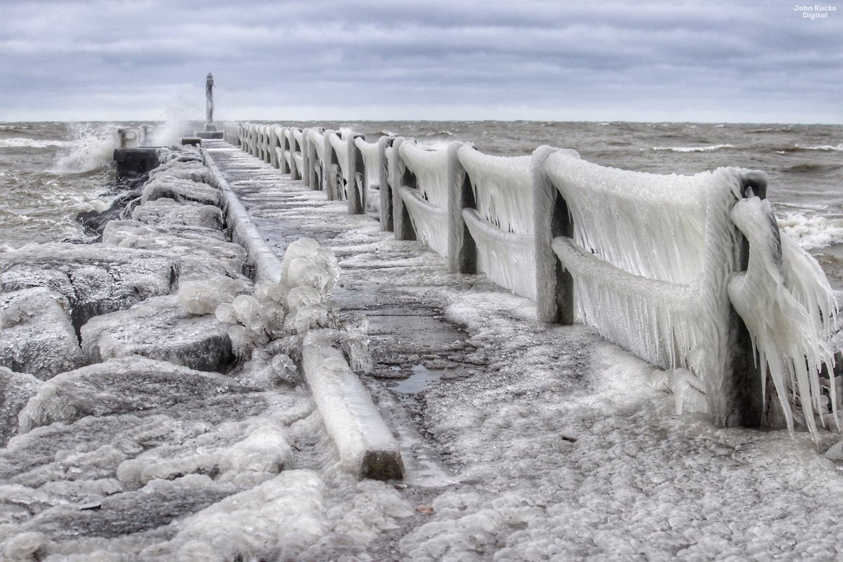 Cold as Ice: Wind chill at 9 degrees along Lake Ontario with 40 MPH wind gusts at the moment in Webster, NY. @spann @JimCantore @StormHour @wnywxguy @News_8 @TomNiziol @wxbywilliams @mikebettes @NatalieKucko