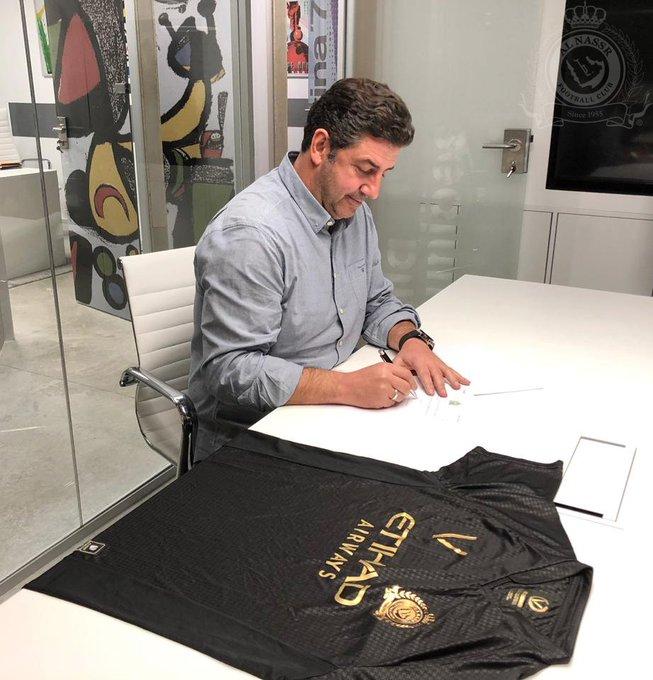 رسمياً: وقعت إدارة نادي #النصر عقداً مع المدرب البرتغالي روي فيتوريا لتدريب الفريق الأول لمدة موسم ونصف الموسم . متمنين له التوفيق مع النادي . صورة فوتوغرافية